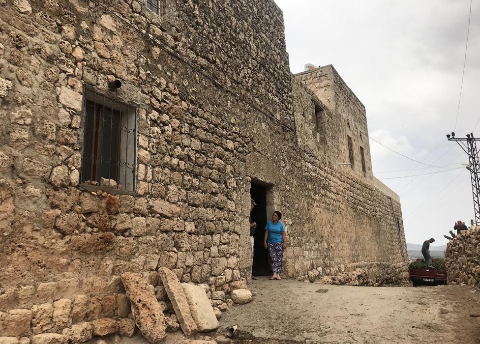 Varias familias viven dentro de una especie de fortaleza en Hah.