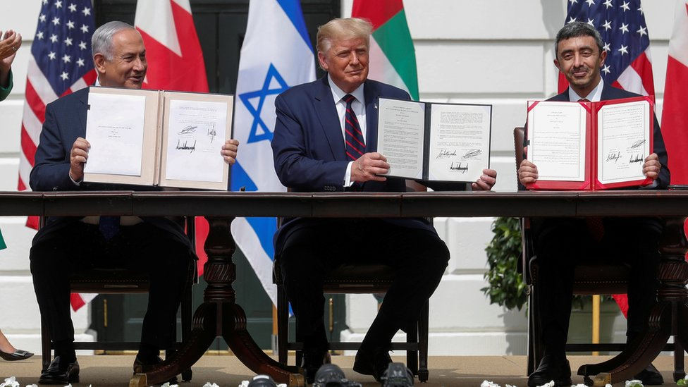 Trump en medio del primer ministro de Israel y el canciller de Emiratos Árabes Unidos