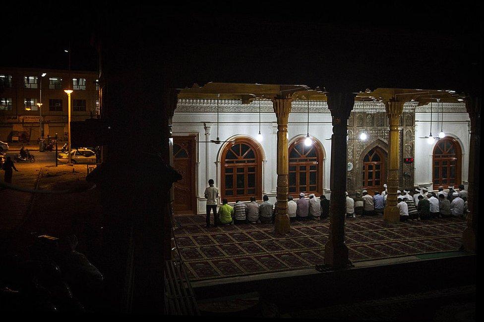 維吾爾族男子在新疆喀什的清真寺祈禱(2014年7月31日資料照片)