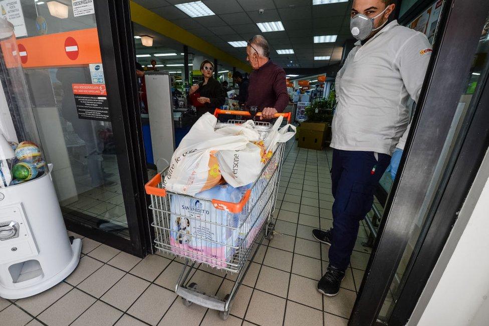 Supermercado de Corigliano en Calabria, Italia, el 10 de marzo de 2020.