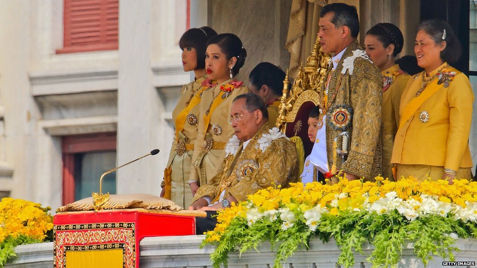 Thailand's King Bhumibol Adulyadej surrounded by his family on his 85th birthday (December 2012)