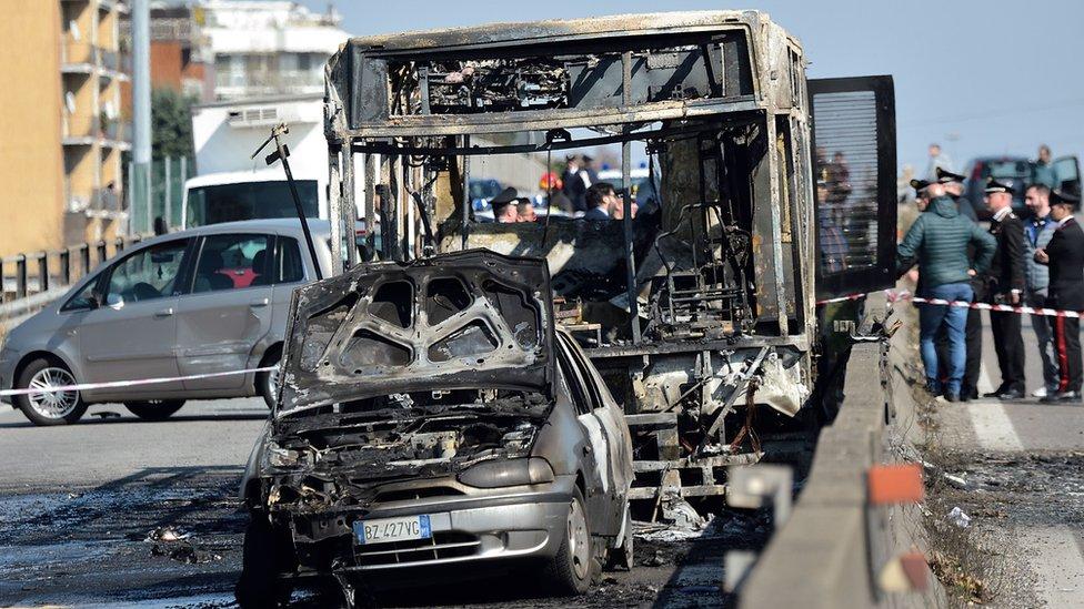 Autobús quemado San Donato Milanese.