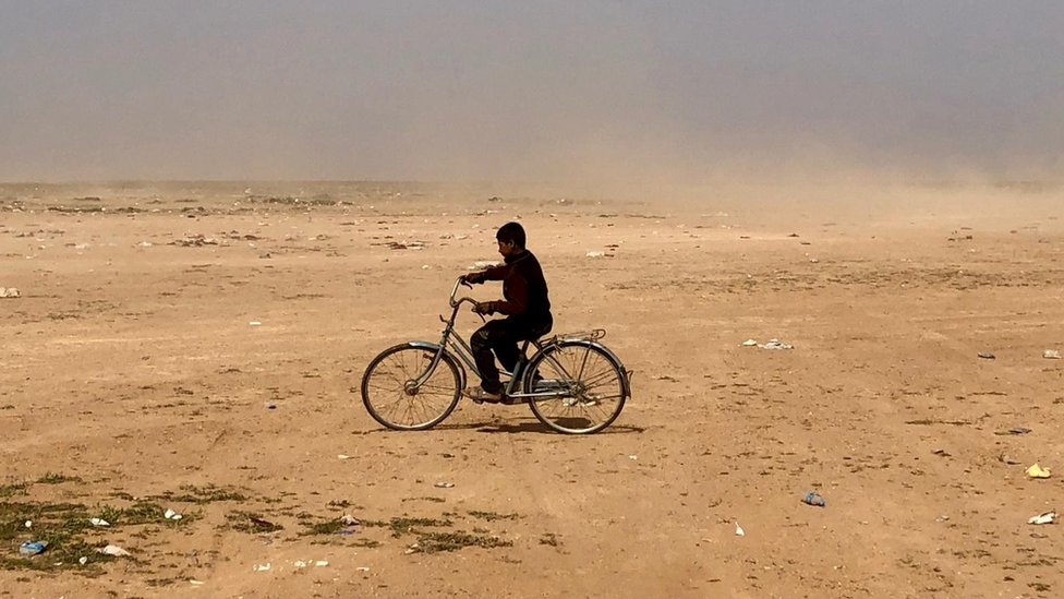 Un niño juega con una bicicleta