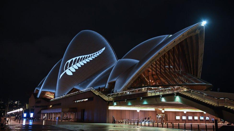 Un helecho plateado proyectado en la Ópera de Sydney en conmemoración de las víctimas.
