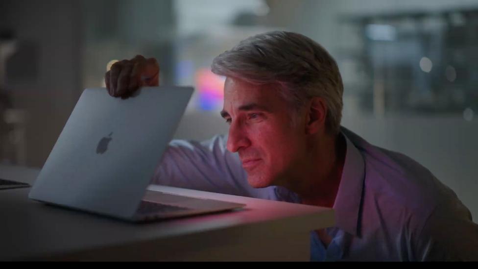 Craig Federighi con el nuevo Mac