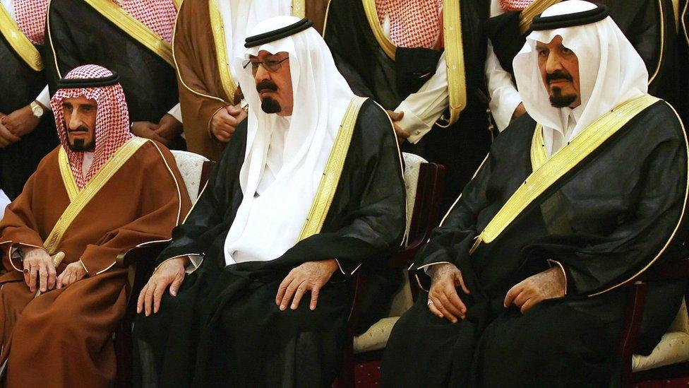 الأمير بندر (أقصى اليسار) والملك عبدالله (وسط) وولي العهد سلطان بن عبدالعزيز في عزاء الأمير عبدالمجيد بن عبدالعزيز، أمير مكة، في مايو/أيار عام 2007