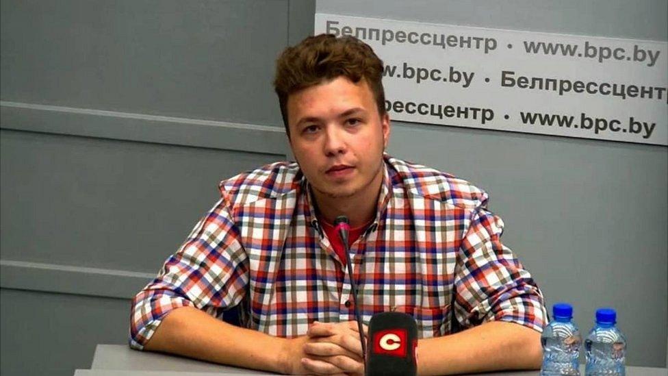 Белорусские власти привезли Романа Протасевича на брифинг с журналистами