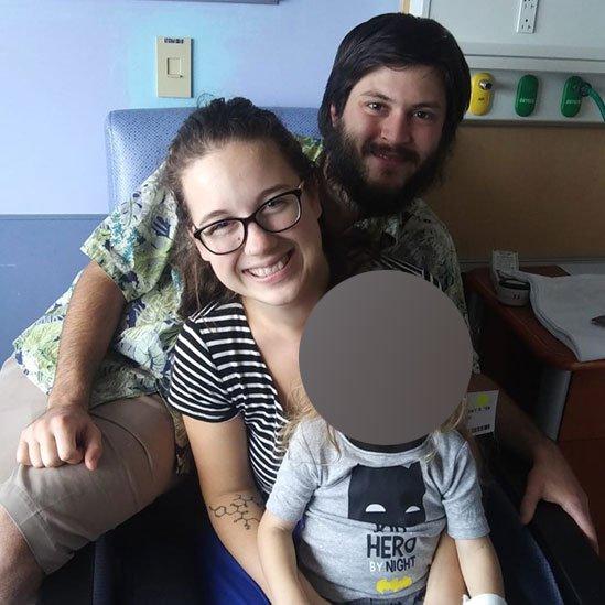 Taylor Bland-Ball y Joshua McAdams con el niño.