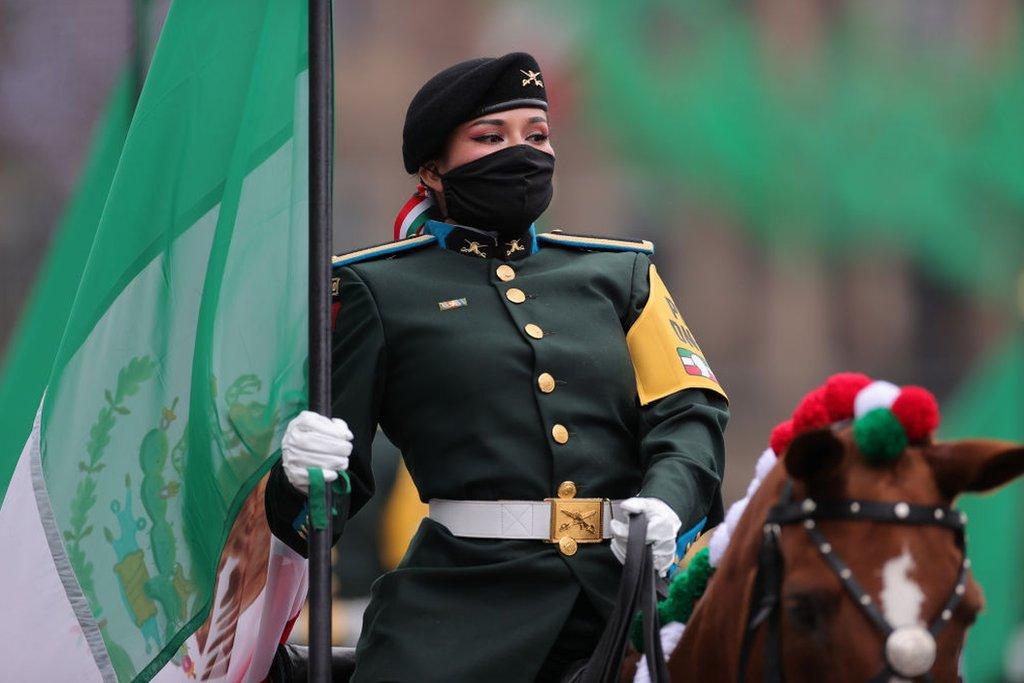 Una mujer militar en un desfile en México