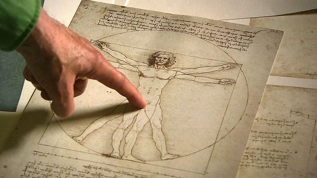 Dedo de Martin Kemp mostrando el centro del cuadrado.
