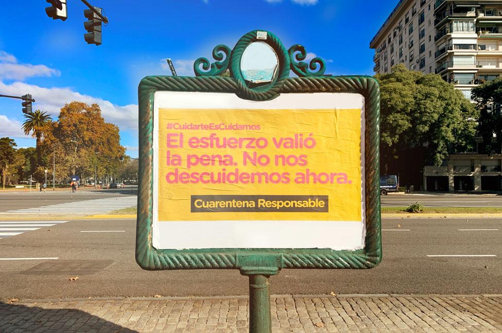 Un cartel que promueve la cuarentena