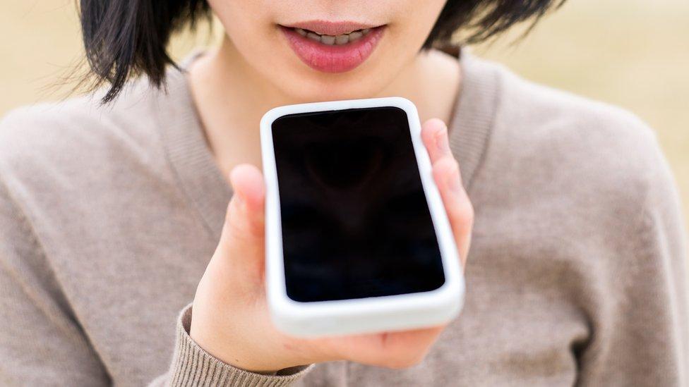 Mujer hablando con su móvil