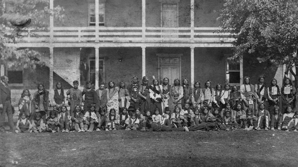 Niños de la tribu Sioux recién llegados a la escuela Carlisle, en 1879.