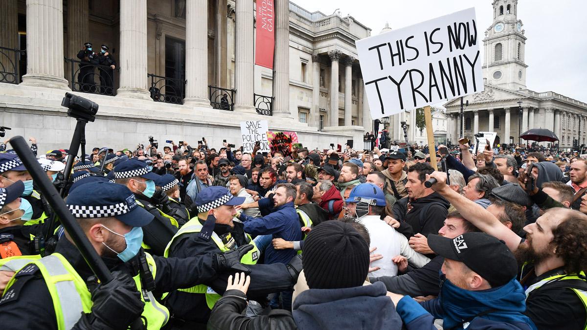 Полиция и протестующие на массовом митинге против вакцинации и правительственных ограничений Covid-19 - Трафальгарская площадь, Лондон, 26 сентября 2020 г.