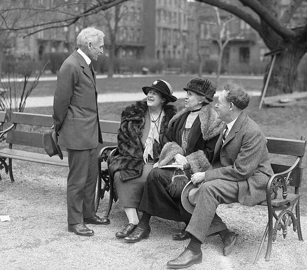 El personal y los colaboradores de McClure's Magazine se reúnen en un banco del parque. (De izquierda a derecha): el editor S.S. McClure, la novelista Willa Cather y los periodistas Ida Tarbell y Will Irwin.