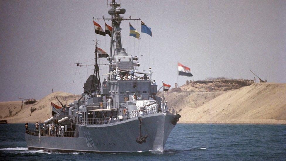 Barco egipcio en la reapertura del Canal de Suez en 1975.