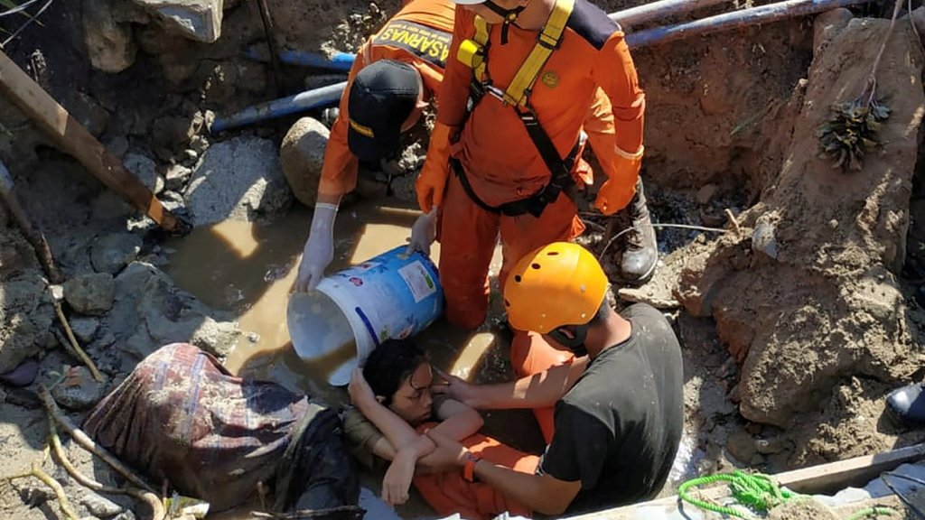 Spasioci pokušavaju da izvuku ženu iz ruševina. Foto: 30 septembar 2018