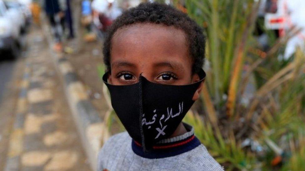 طفل يرتدي قناعا