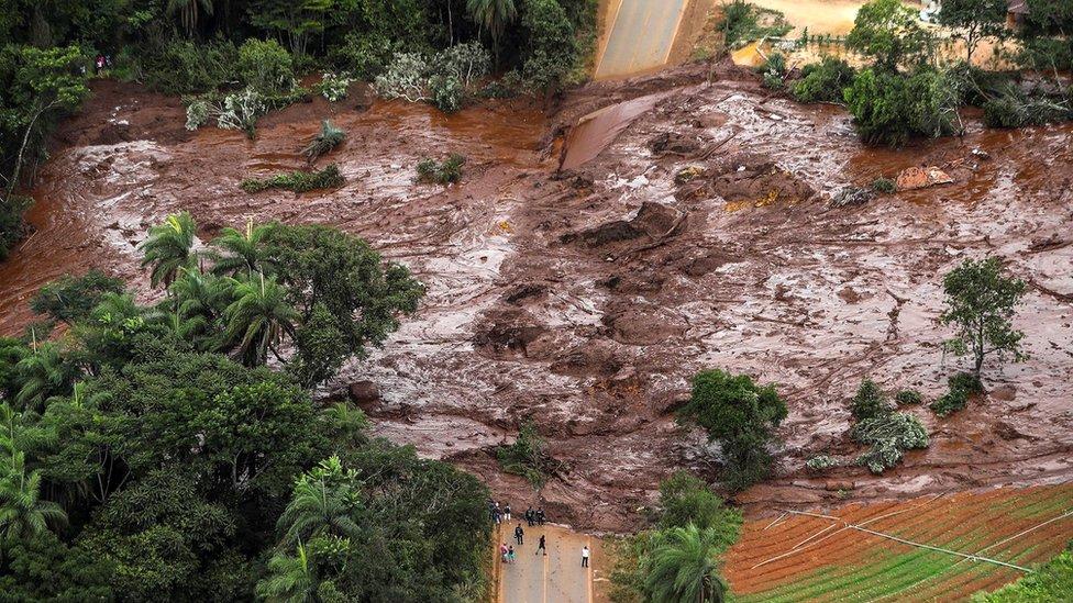 Barajın çökmesiyle çamur denizi oluştu.