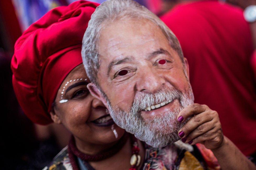 Mujer con máscara de Lula.