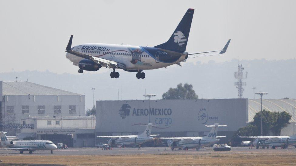 Un avión aterrizando en Ciudad de México