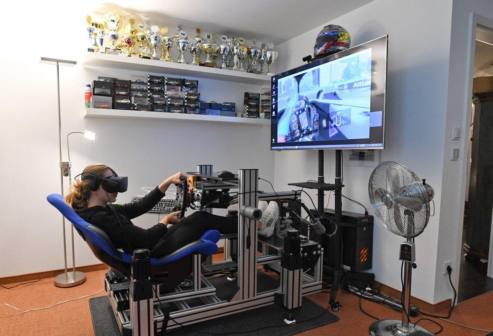 Formula 3 yarışçısı Sophia Floersch, Almanya'nın Münih kentindeki evine kurduğu simülatörde antrenman yapıyor