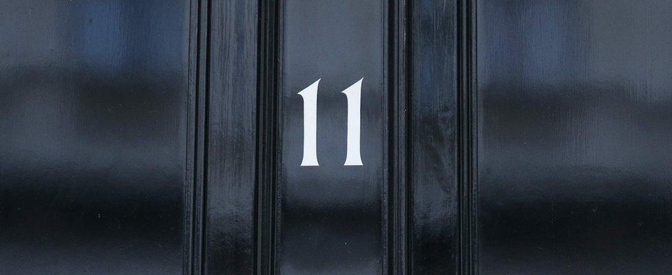 Na slici se vifi broj 11 na vratima u ulici Dauning, zvaničnoj rezidenciji ministra finansija