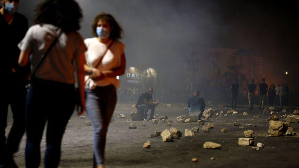 شباب فلسطينيون يغلقون طريقا
