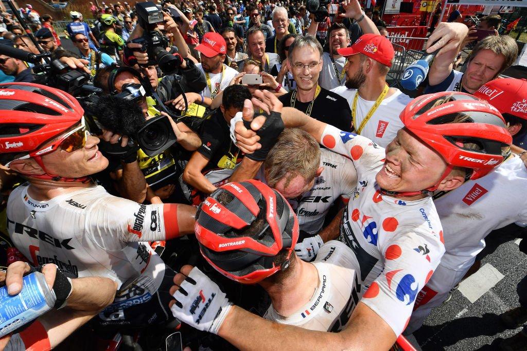 Degenkolb es felicitado por sus compañeros del equipo Trek-Segafredo.
