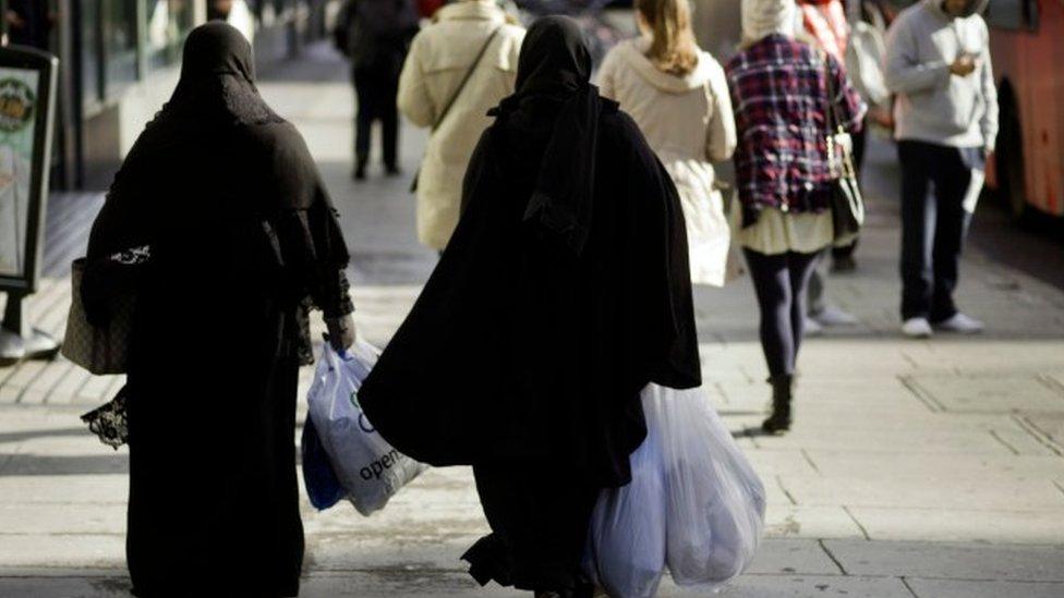 مسلمتان تسيران في شارع في بريطانيا