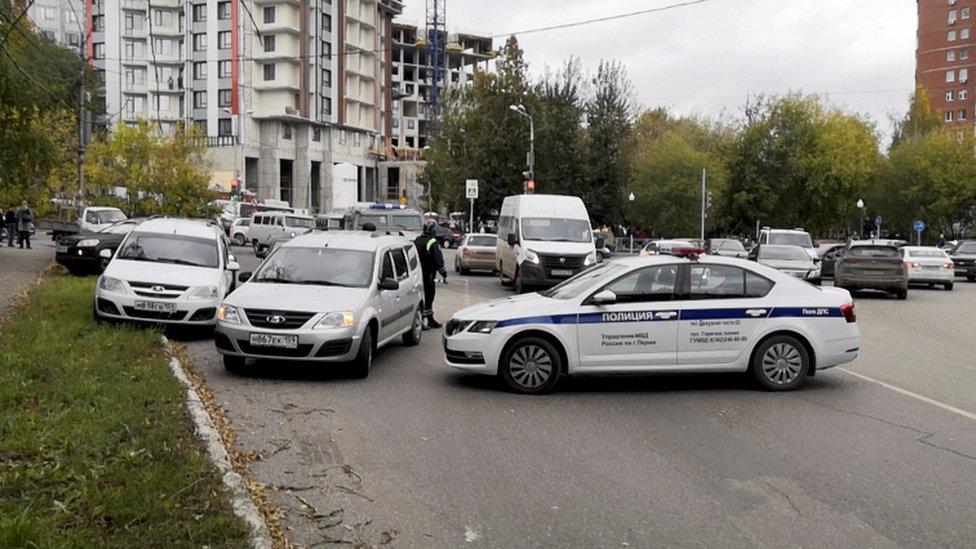 Policeйskie mašinы nedaleko ot mesta proisšestviя