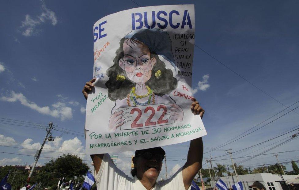Protestante en Nicaragua con un cartel de Rosario Murillo.