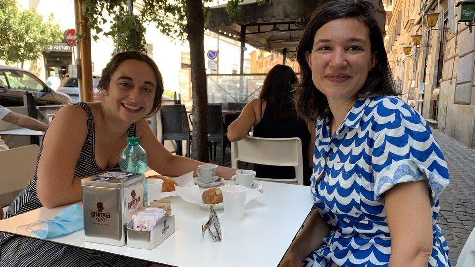 تقول إليسا ساندري (على اليمين) إن الإيطاليين يتجمعون خلال مباريات يورو 2020