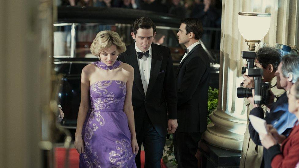 Emma Corrin y Josh O'Connor en The Crown