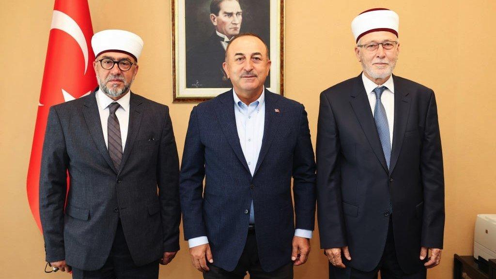 التقى وزير الخارجية التركي مفتي مدينة غومولجينة (كوموتيني) إبراهيم شريف، ومفتي مدينة إسكاجة (كسانثي) أحمد مته، واطلع منهما على أوضاع الأقلية التركية في تراقيا الغربية.