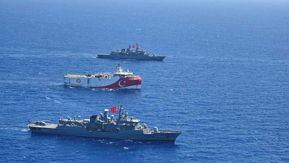 Oruç Reis gemisi Türk donanması eşliğinde Doğu Akdeniz'de.