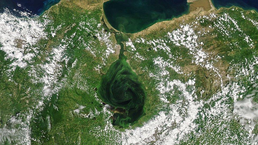 El lago de Maracaibo, en el occidente de Venezuela, ha sido símbolo de la industria petrolera y motor económico nacional y regional.