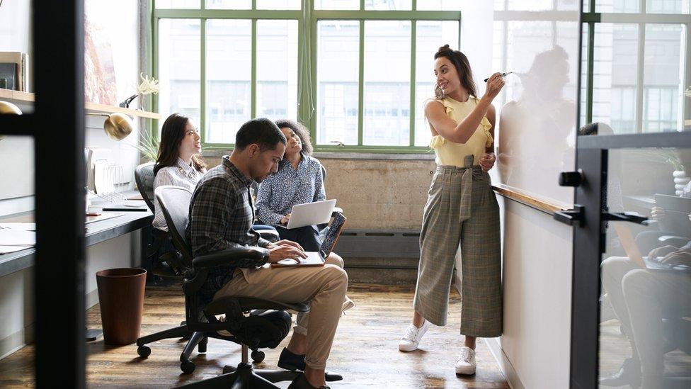 Jóvenes en reunión de trabajo