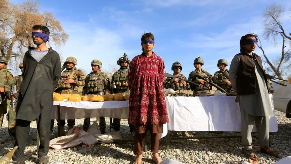 Osumnjičeni talibanski vojnici koje su bezbednosne snage Avganistana pritvorile u Jalalabadu