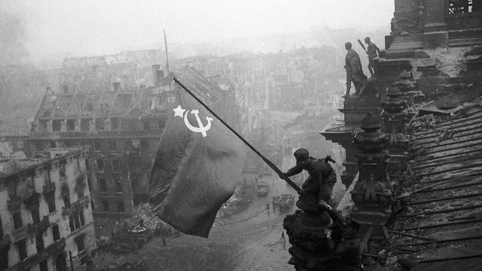 Reichstag'a SSCB bayrağı dikiliği an.