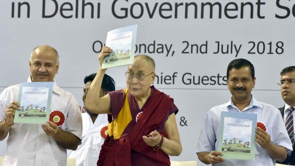 El dalái lama (centro) con el ministro en jefe del territorio capital de Delhi, Arvind Kejriwal (der.) y el vice ministro en jefe de Delhi y también encargado del Departamento de Educación, Manish Sisodia.