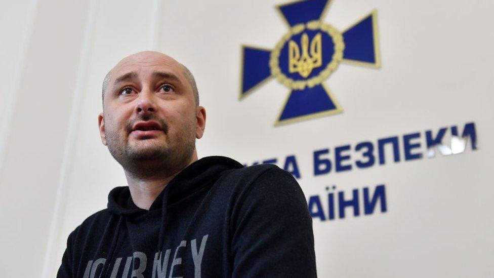 El periodista ruso Babchenko en la rueda de prensa en Ucrania donde reveló su asesinato fingido
