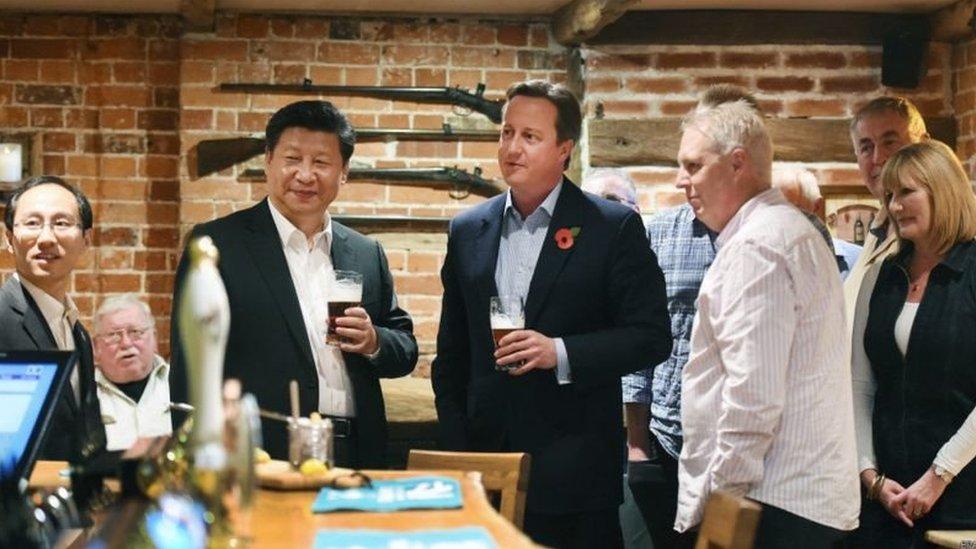 卡梅倫和習近平在酒吧共同品嚐了英國傳統美食炸魚和薯條,一人喝了一大杯黑啤酒。