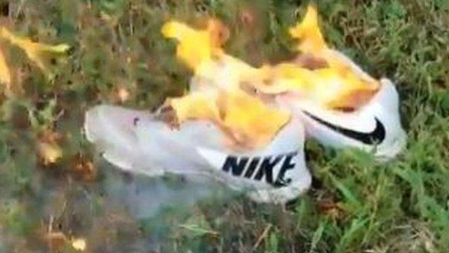 Zapatillas Nike quemándose.