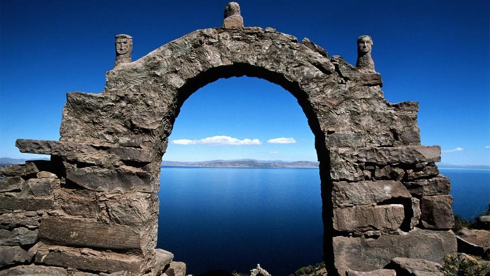 Arco de piedra que enmarca una vista del Lago Titicaca