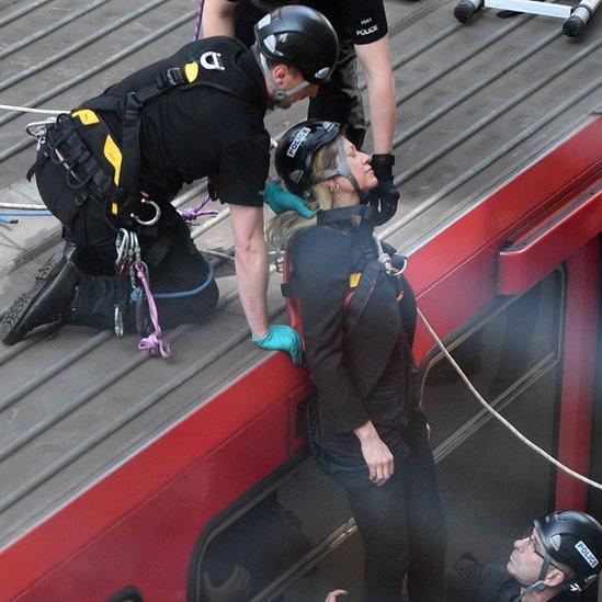 policajci i demonstrantkinja
