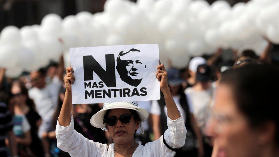 Mujer en protesta contra López Obrador.