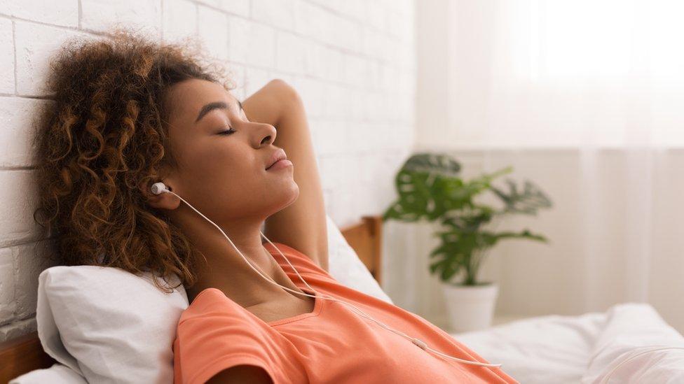 Mujer con audífonos.