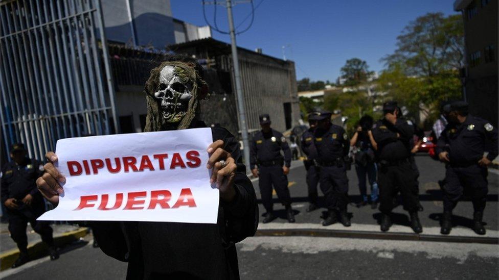 Protesta contra diputados de El Salvador