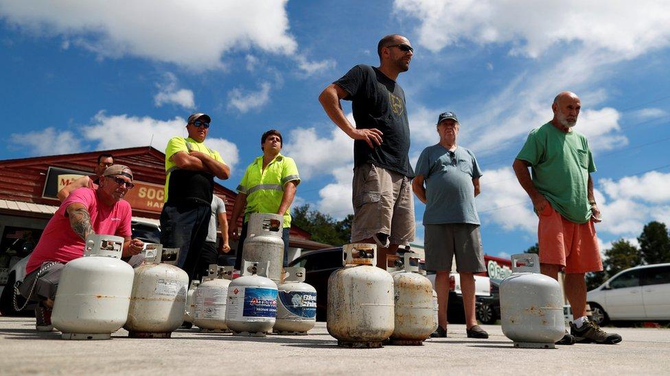 Residentes de Carolina del Sur comprando gas.